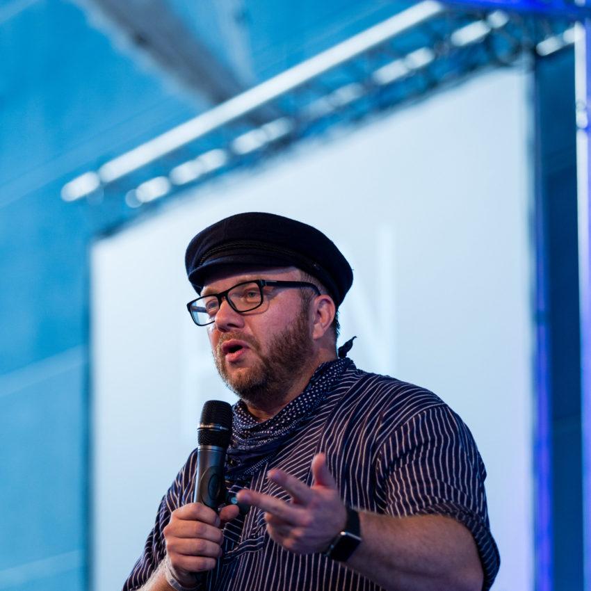 Hein Hansen hält einen Vortrag auf der 1. Hamburger Rednernacht im Beach-Center in Hamburg
