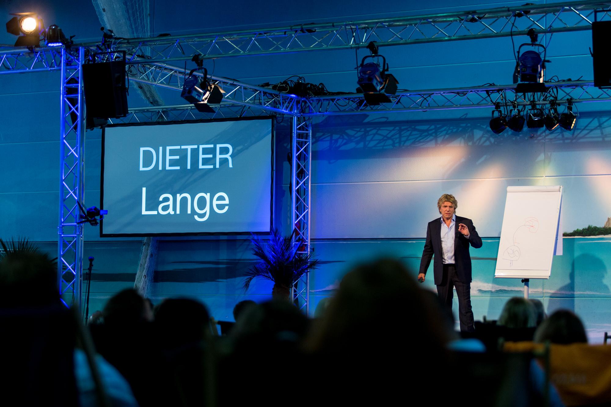 Vortrag Dieter Lange auf Bühne vor Publikum