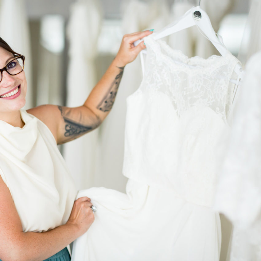 Image-Shooting: Mitarbeiterin von La Mode Abyssale by Helen Bender präsentiert ein Brautkleid