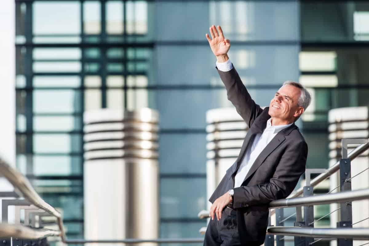 Dynamisches Business Portrait Manager vor Glas-Stahl-Wand