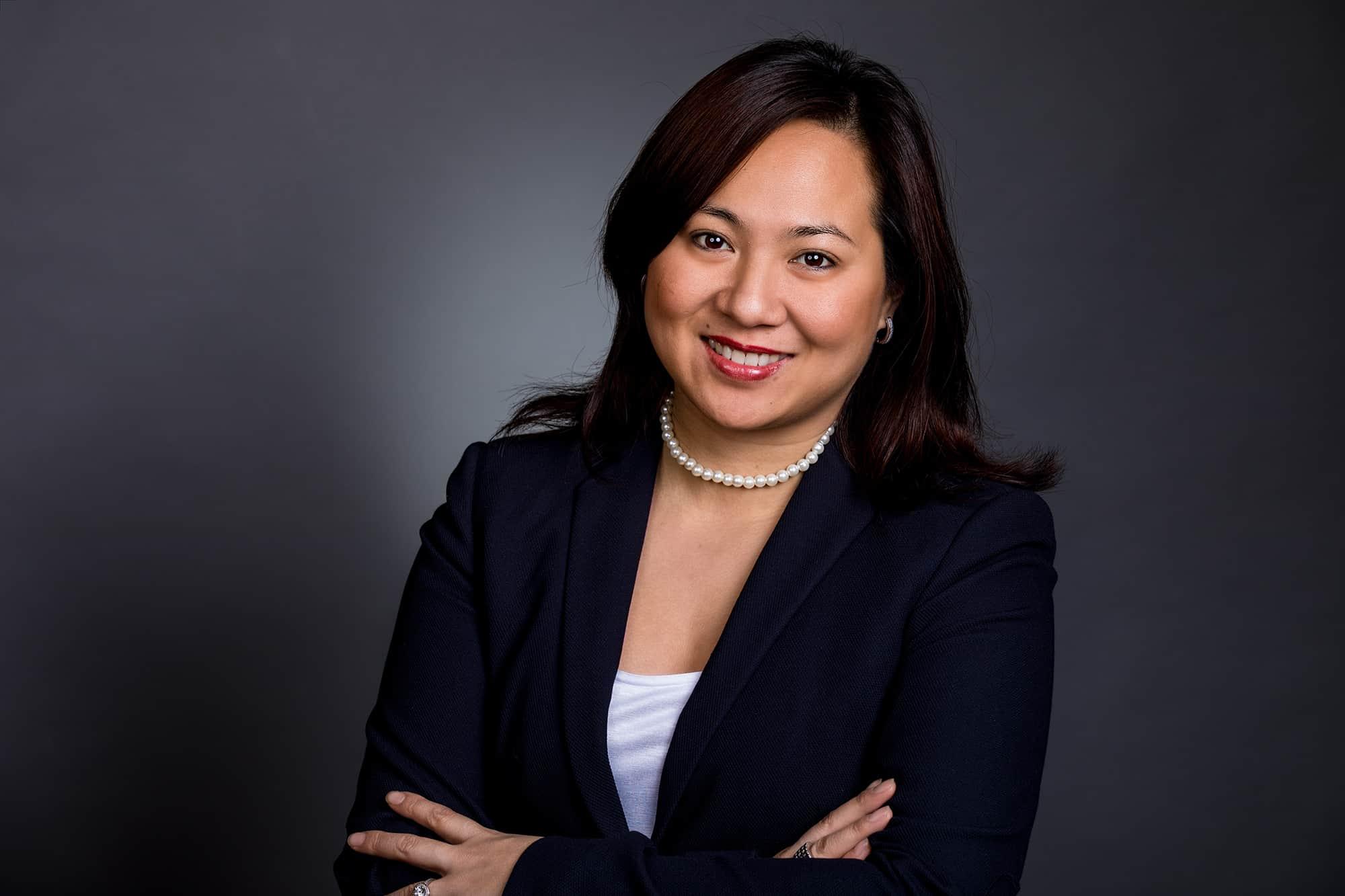 Portrait einer Frau im Business-Outfit
