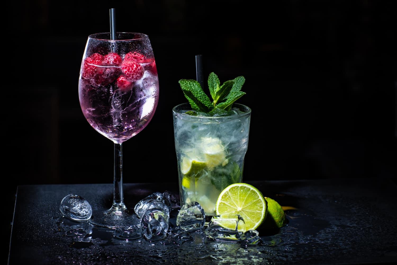Cocktails mit Deko vor schwarzem Hintergrund