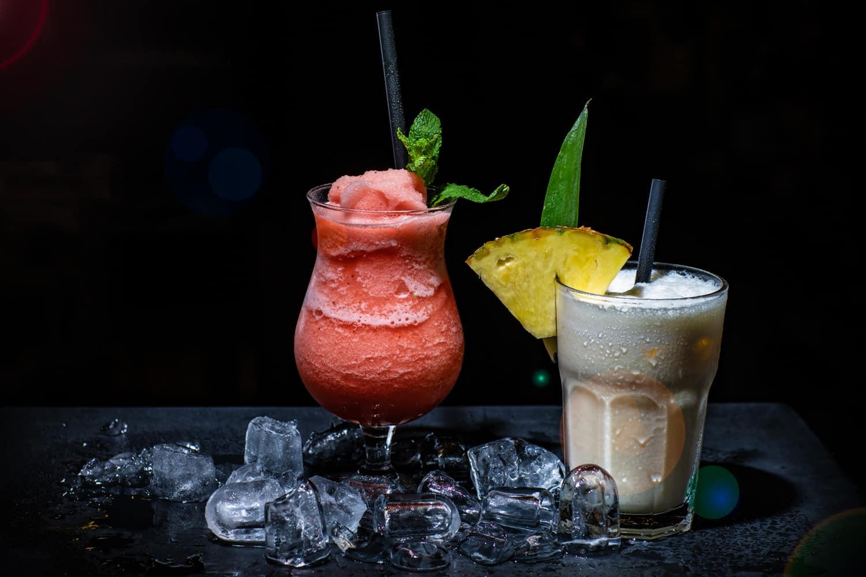 Erdbeer-Daiquiri und Cocktail mit Deko und Eiswürfeln