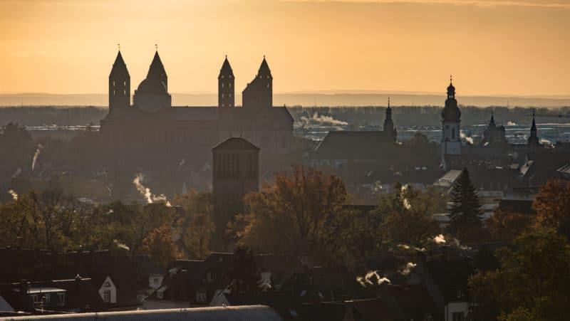 Dom zu Speyer im Gegenlicht