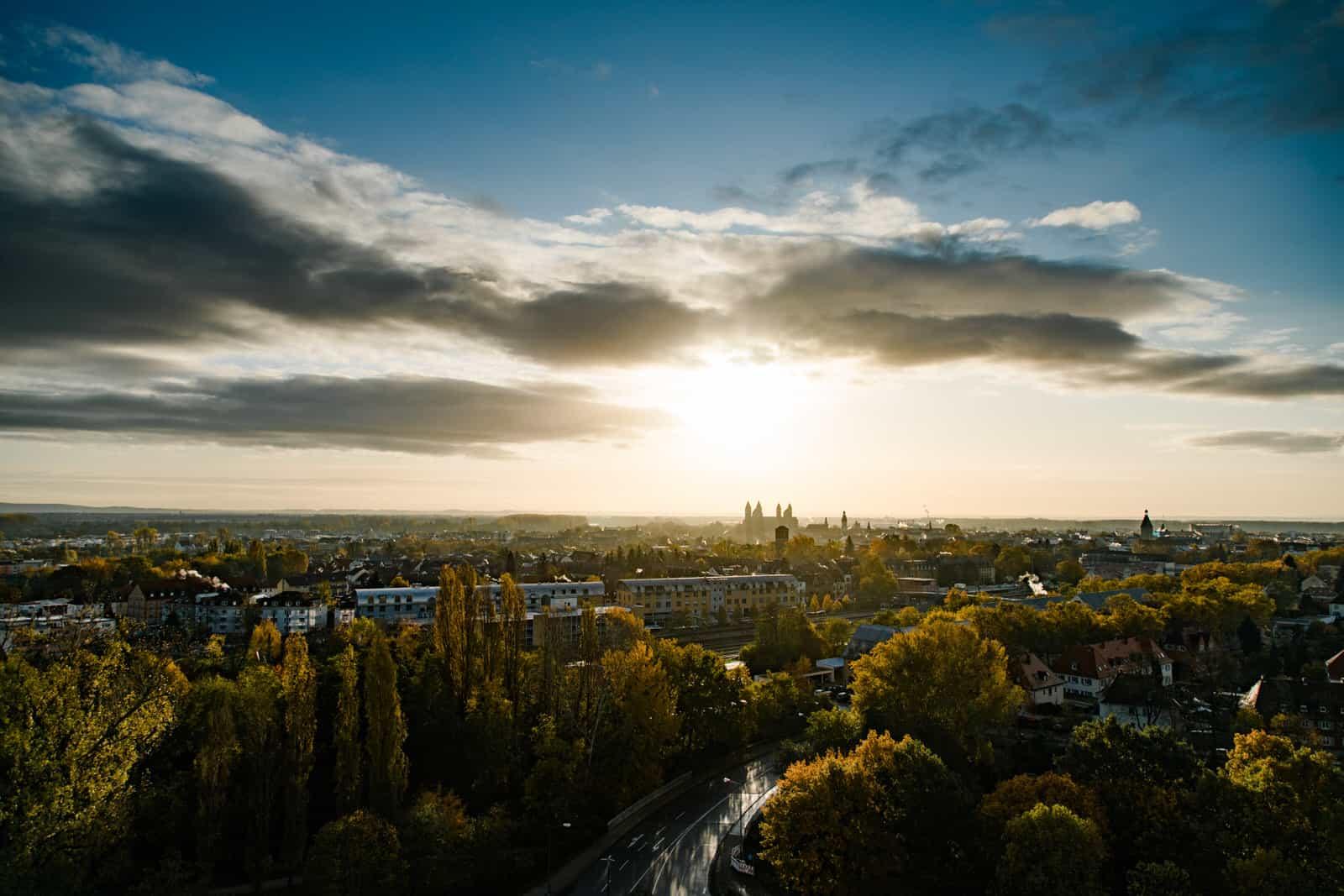 Blick aus dem 12. Stock auf Speyer im Gegenlicht