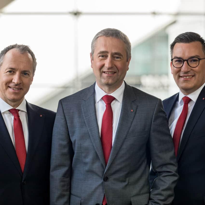 Gruppenfoto des Vorstandes der Sparkasse Vorderpfalz im Atrium in Ludwigshafen