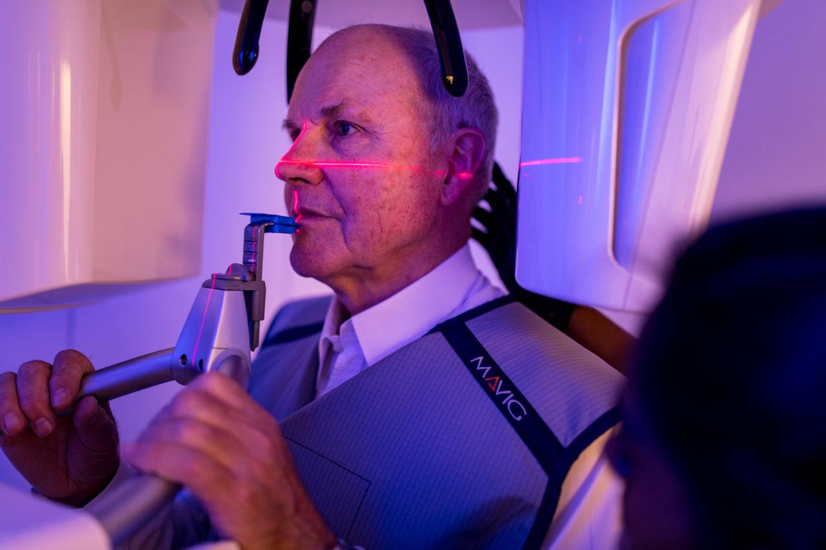 Shooting Zahnarztpraxis: Patient beim 3D-Röntgen