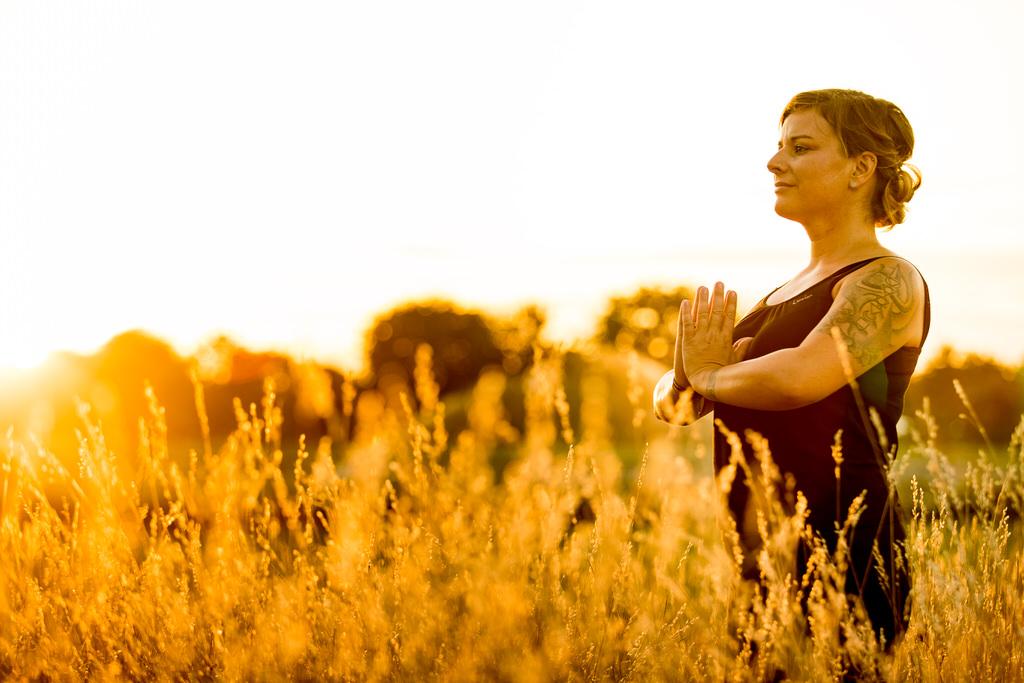 Yoga-Lehrerin im hohen Gras