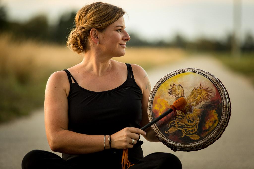 Frau mit schamanischer Trommel